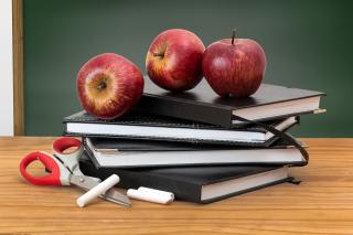 3 apples on a pile of notebooks