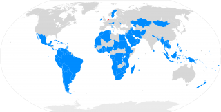 World map showing in blue countries that approved the nuclear ban treaty, and in gray the countries that did not vote.