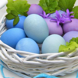 Easter_eggs_purple_blue_teal_green_leaves_white_basket