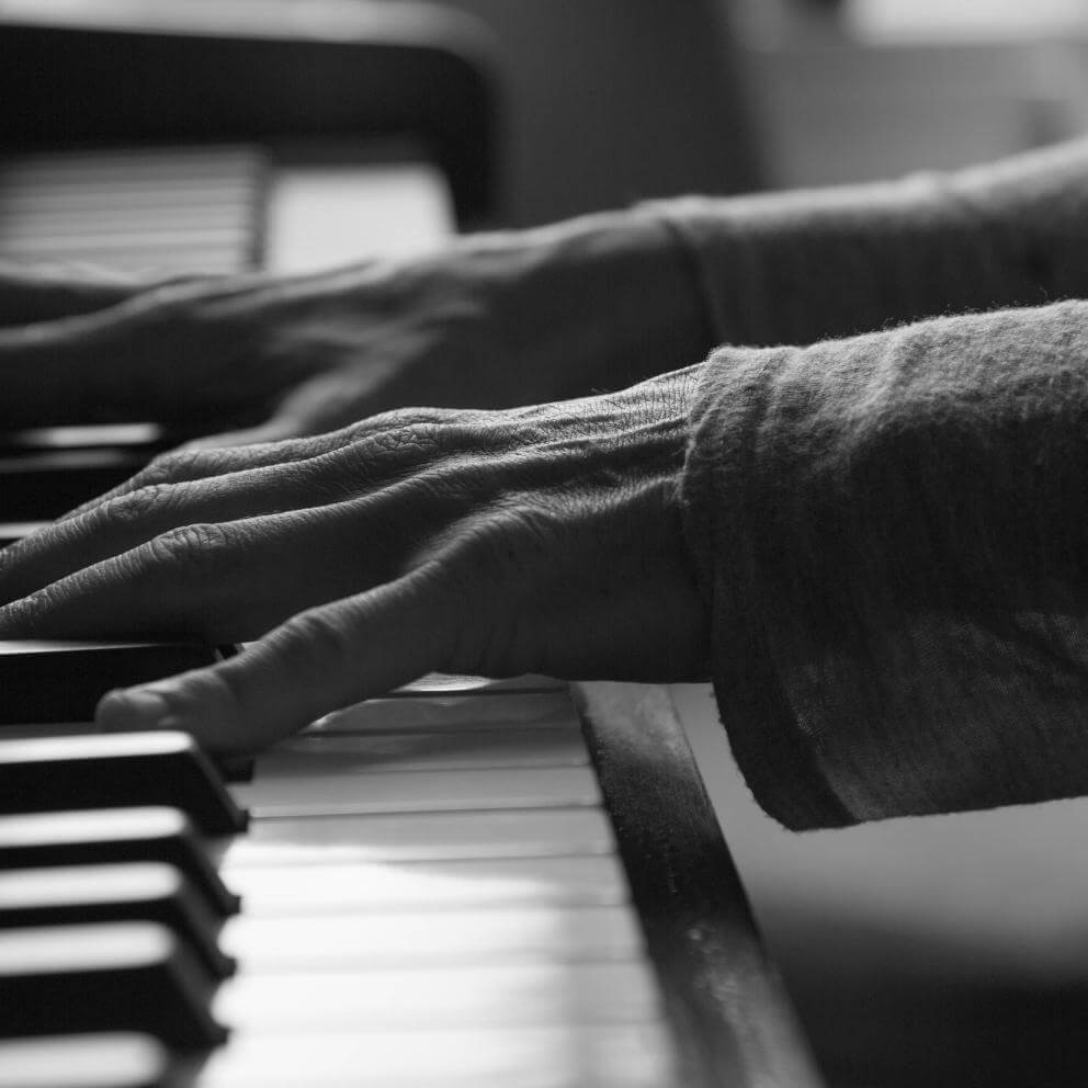 Black and white female playing piano - Stock image